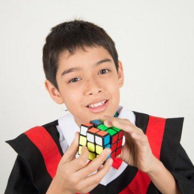nino jugando rubik cube 43400 308